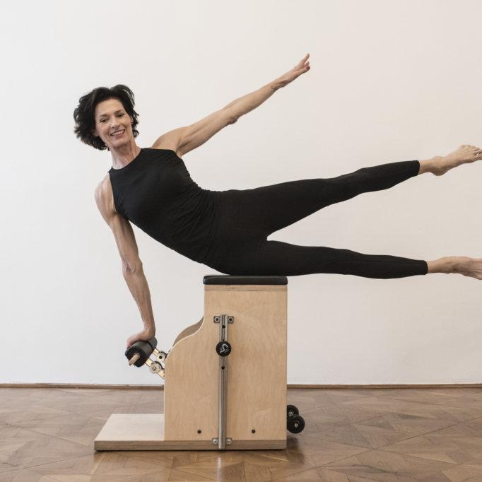 gudrun kohla_ pilates yoga vienna_chair_lateral flexion