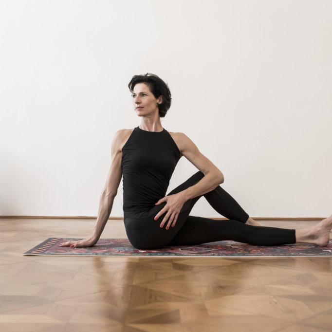 gudrun kohla_ pilates yoga vienna_mat_seated twist