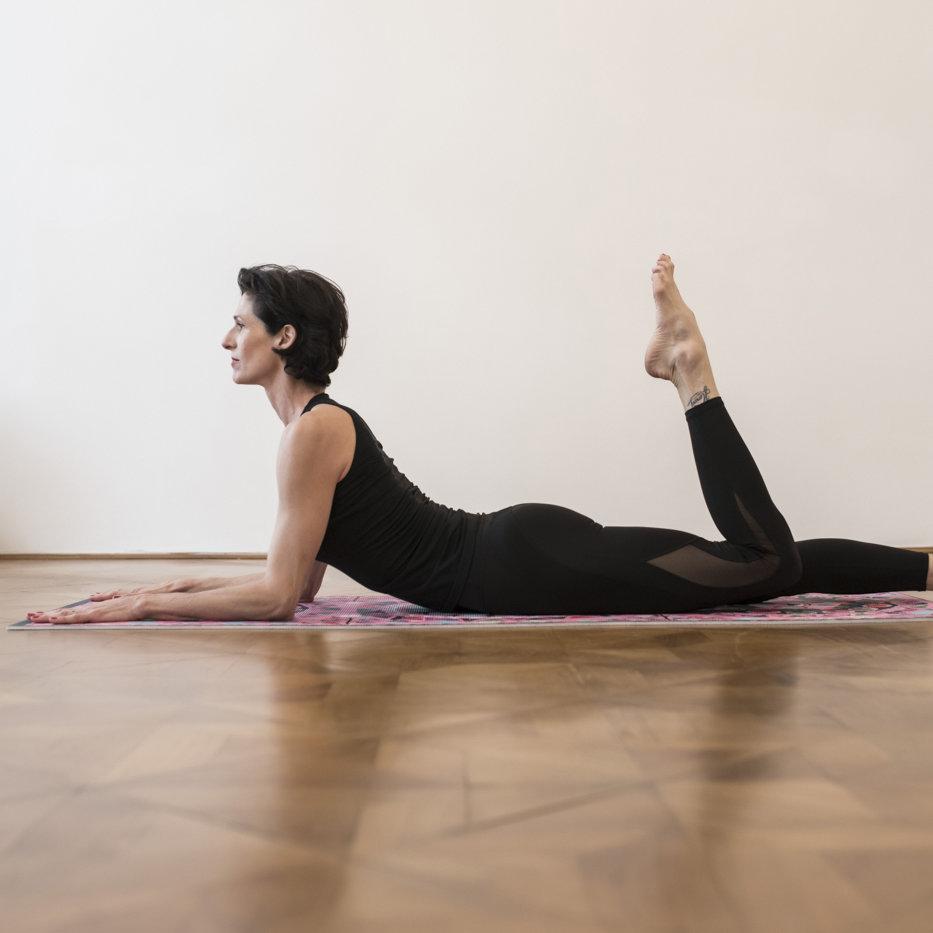 gudrun kohla_ pilates yoga vienna_mat_single leg kick